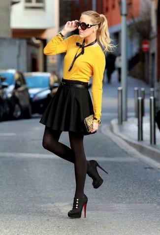 Comment porter: pull à col rond moutarde, jupe patineuse noire, bottines en daim découpées noires, pochette en toile imprimée olive