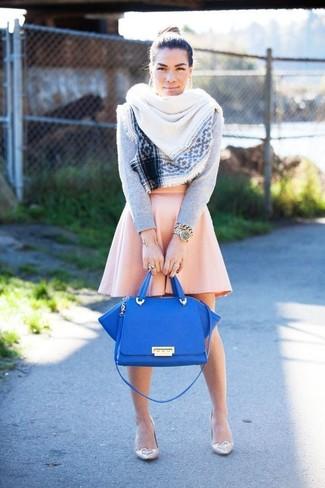 Comment porter: pull à col rond gris, jupe patineuse rose, escarpins en cuir beiges, cartable en cuir bleu
