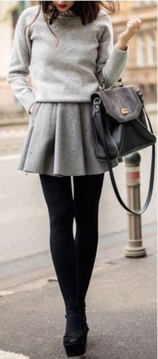 Comment porter: pull à col rond gris, jupe patineuse grise, sandales à talons en daim épaisses noires, cartable en cuir noir