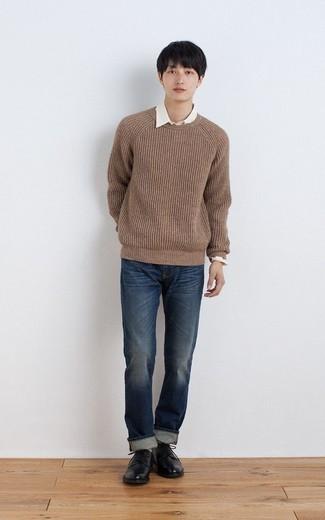 Tenue: Pull à col rond marron, Chemise à manches longues blanche, Jean bleu marine, Chaussures derby en cuir noires