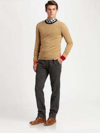 Comment porter: pull à col rond marron clair, chemise à manches longues en vichy blanche et noire, pantalon de costume en laine gris foncé, chaussures brogues en cuir marron