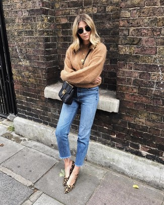 Comment porter: pull à col rond marron clair, jean bleu, escarpins en daim imprimés léopard marron clair, sac bandoulière en cuir matelassé noir