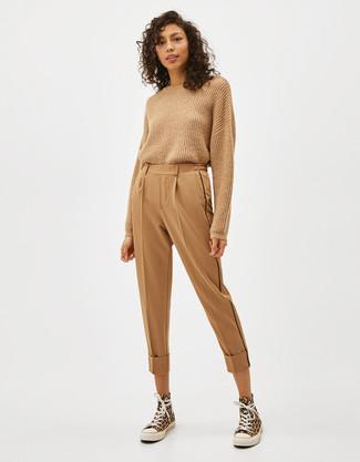 Comment porter: pull à col rond marron clair, pantalon carotte marron clair, baskets montantes en toile jaunes