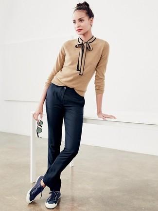 Comment porter: pull à col rond marron clair, pantalon chino noir, baskets basses en toile bleu marine