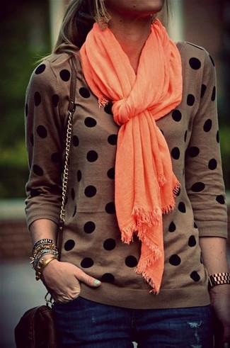 Comment porter: pull à col rond á pois marron, jean skinny bleu marine, sac bandoulière en cuir marron foncé, écharpe orange
