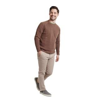 Comment porter: pull à col rond marron, t-shirt à col rond vert, pantalon chino beige, baskets à enfiler en toile grises
