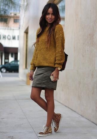 Comment porter: pull à col rond duveteux marron, minijupe olive, baskets montantes imprimées léopard marron clair, montre dorée
