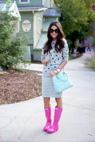 Comment porter: pull à col rond á pois gris, minijupe à rayures horizontales grise, bottes de pluie fuchsia, cartable en cuir bleu clair