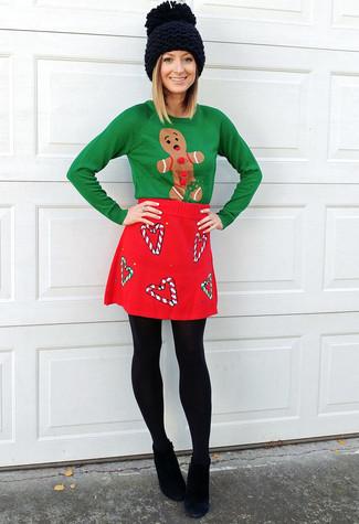 Comment porter: pull à col rond de noël vert, minijupe en laine rouge, bottines en daim noires, bonnet en tricot noir