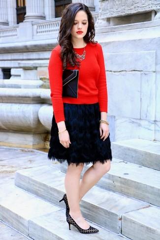 Comment porter: pull à col rond rouge, minijupe à franges noire, escarpins en daim á pois noirs, pochette en cuir noire
