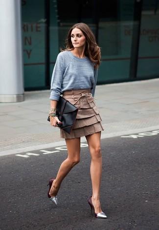 Comment porter: pull à col rond gris, minijupe en cuir marron, escarpins en cuir argentés, pochette en cuir noire