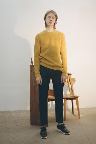 Comment porter: pull à col rond moutarde, jean noir, chaussures richelieu en cuir noires