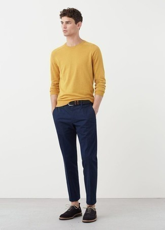 Comment porter un pull à col rond jaune: Pense à associer un pull à col rond jaune avec un pantalon chino bleu marine pour obtenir un look relax mais stylé. Une paire de des chaussures richelieu en daim bleu marine apportera une esthétique classique à l'ensemble.