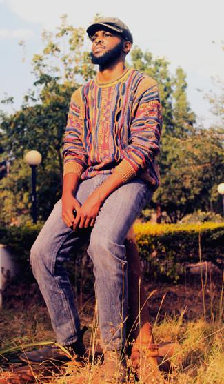 Comment porter: pull à col rond multicolore, jean bleu, bottines chukka en daim bleu marine, casquette plate marron clair