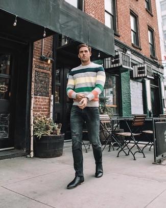 Comment porter: pull à col rond à rayures horizontales multicolore, jean skinny déchiré gris foncé, bottines chelsea en cuir noires, montre en cuir noire