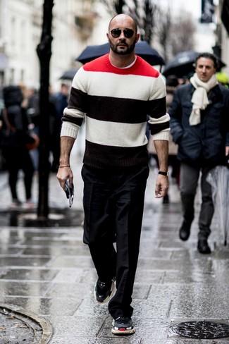 Comment porter: pull à col rond à rayures horizontales multicolore, t-shirt à col rond blanc, pantalon de costume noir, chaussures de sport noires