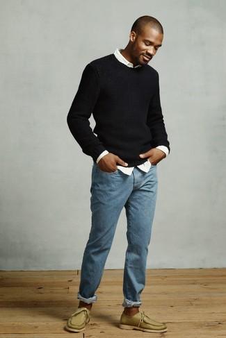 Comment porter: pull à col rond noir, chemise à manches longues blanche, jean bleu, chaussures bateau en cuir olive