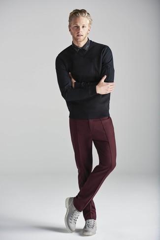 Comment porter: pull à col rond noir, chemise à manches longues imprimée noire, pantalon de costume bordeaux, bottes de loisirs en cuir grises