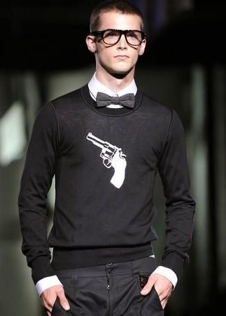 Comment porter: pull à col rond imprimé noir et blanc, chemise de ville blanche, pantalon de costume noir, nœud papillon gris