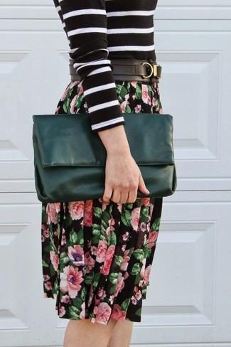 Comment porter: pull à col rond à rayures horizontales noir et blanc, jupe mi-longue à fleurs noire, pochette en cuir vert foncé, ceinture en cuir noire