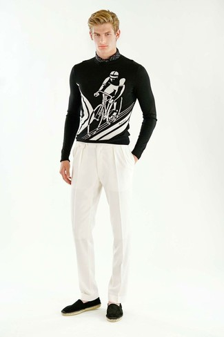 Comment porter: pull à col rond imprimé noir et blanc, pantalon de costume blanc, espadrilles en daim noires, écharpe en soie á pois noire et blanche
