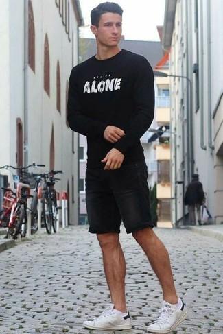 Comment porter: pull à col rond imprimé noir et blanc, short en denim noir, baskets basses blanches, chaussettes blanches