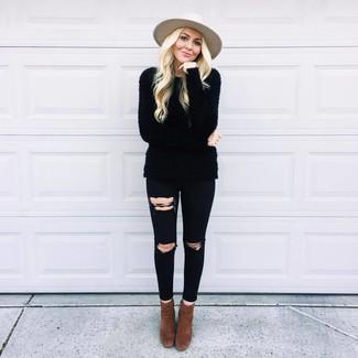 Comment porter: pull à col rond duveteux noir, jean skinny déchiré noir, bottines en daim marron foncé, chapeau en laine beige