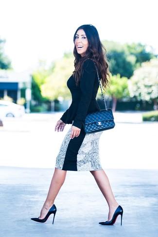 Comment porter: pull à col rond noir, jupe crayon imprimée blanche et noire, escarpins en cuir noirs, sac bandoulière en cuir matelassé noir