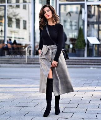 Comment porter: pull à col rond noir, jupe mi-longue écossaise grise, cuissardes en daim noires, sac bandoulière en cuir noir