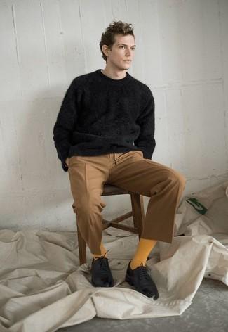 Comment porter un pull à col rond noir: Pense à opter pour un pull à col rond noir et un pantalon chino marron clair pour un look de tous les jours facile à porter. Une paire de des chaussures derby en cuir noires est une façon simple d'améliorer ton look.