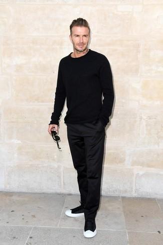 Tenue de David Beckham: Pull à col rond noir, Pantalon chino noir, Baskets basses noires et blanches