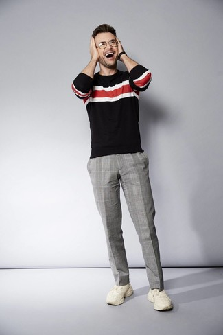 Comment porter: pull à col rond à rayures horizontales noir, pantalon de costume écossais gris, chaussures de sport beiges, montre en cuir noire
