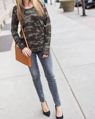 Comment porter: pull à col rond camouflage olive, jean gris, escarpins en daim noirs, sac bandoulière en cuir marron clair