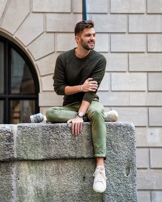 Comment porter: pull à col rond olive, pantalon chino vert, baskets basses en toile beiges