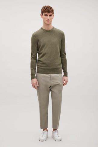 Comment porter: pull à col rond olive, pantalon de costume beige, baskets basses en cuir blanches