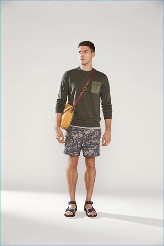 Comment porter: pull à col rond olive, short camouflage gris, sandales en cuir bleu marine, besace en toile moutarde