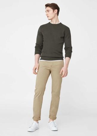 Comment porter: pull à col rond olive, t-shirt à col rond blanc, pantalon chino marron clair, baskets basses en cuir blanches