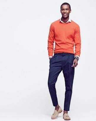 Comment porter: pull à col rond orange, chemise à manches longues blanche, pantalon de costume bleu marine, mocassins à pampilles en daim beiges
