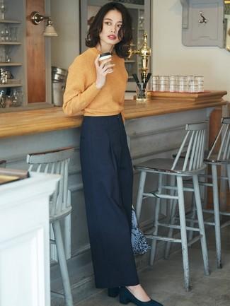 Comment porter: pull à col rond orange, pantalon large bleu marine, escarpins en daim bleu marine