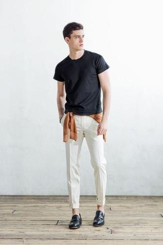 Comment porter un pull à col rond orange: Harmonise un pull à col rond orange avec un pantalon chino blanc pour un look de tous les jours facile à porter. Jouez la carte classique pour les chaussures et choisis une paire de des slippers en cuir noirs.