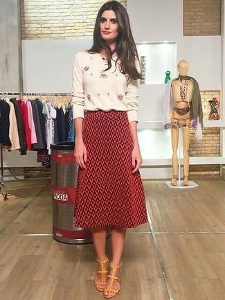 Comment porter: pull à col rond orné beige, jupe mi-longue géométrique rouge, sandales à talons en cuir jaunes