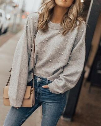 Comment porter: pull à col rond orné gris, jean skinny bleu, sac bandoulière en cuir marron clair