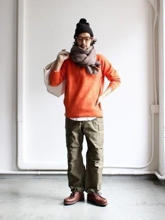 Comment porter une écharpe marron: Essaie d'harmoniser un pull à col rond orange avec une écharpe marron pour une tenue relax mais stylée. Jouez la carte classique pour les chaussures et choisis une paire de des bottes de loisirs en cuir marron.