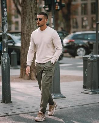 Comment porter: pull à col rond blanc, pantalon cargo vert foncé, chaussures de sport marron clair, lunettes de soleil noires