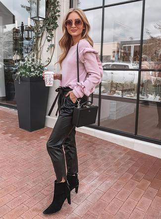 Comment porter: pull à col rond rose, pantalon carotte en cuir noir, bottines chelsea en daim noires, sac bandoulière en cuir noir