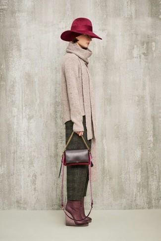 Comment porter: pull à col rond beige, pantalon carotte en laine olive, bottines compensées en cuir bordeaux, sac bandoulière en cuir bordeaux