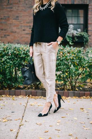 Comment porter: pull à col rond noir, pantalon carotte en soie beige, escarpins en daim ornés noirs, cartable en cuir noir