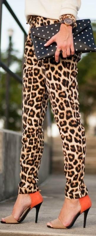 Comment porter: pull à col rond beige, pantalon carotte imprimé léopard marron clair, sandales à talons en daim marron clair, pochette á pois noire et blanche