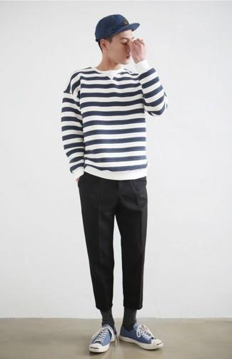 Comment porter: pull à col rond à rayures horizontales blanc et bleu marine, pantalon chino noir, baskets basses en toile bleues, casquette de base-ball bleu marine