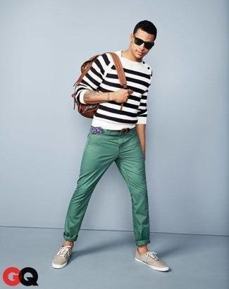 Comment porter: pull à col rond à rayures horizontales blanc et noir, pantalon chino vert menthe, baskets basses en toile beiges, sac à dos en cuir marron